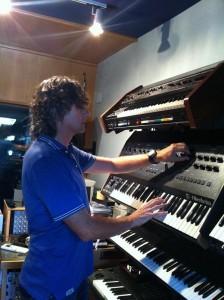 Kaelo tocando los teclados en su estudio