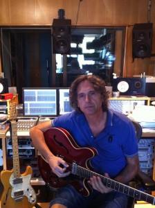 Kaelo tocando la guitarra en su estudio