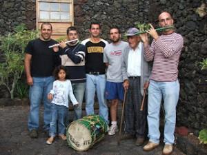 Componentes de Tejeguate junto con el ya anciano Benito Padrón, el que fuera su mentor durante muchos años