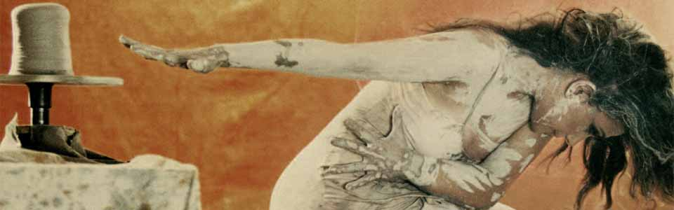 Foto de Eva Yerbabuena bailando llena de barro