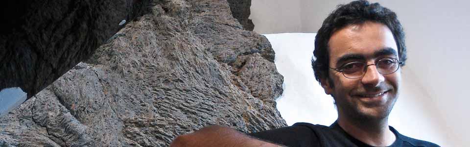Foto de Samuel Aguilar con fondo de rocas volcánicas