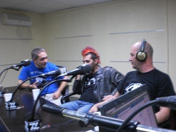 foto del grupo en la emisora
