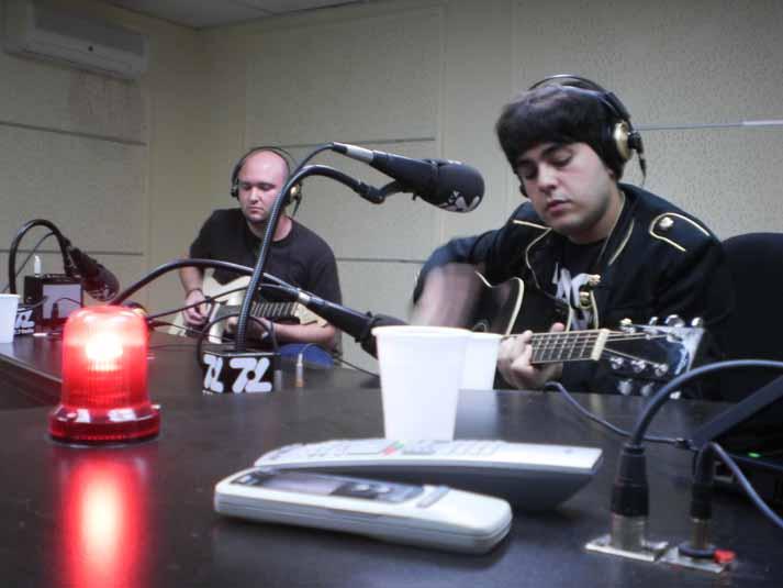 Foto de Under Live tocando en directo en la radio