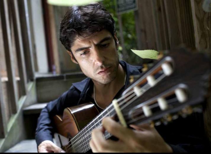 Diego Barber tocando su guitarra