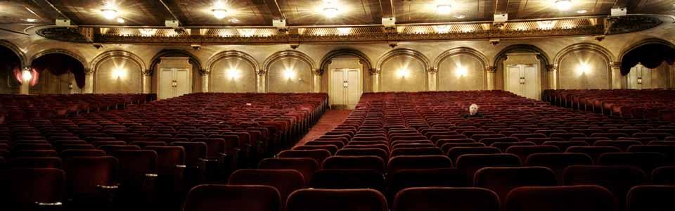 Foto de un teatro con una persona
