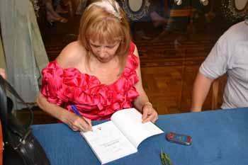 Rosario Valcárcel firmando un ejemplar del libro