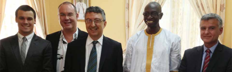 Los responsables de GlocalUp, junto al secretario de Estado gambiano y el responsable del GTHI.