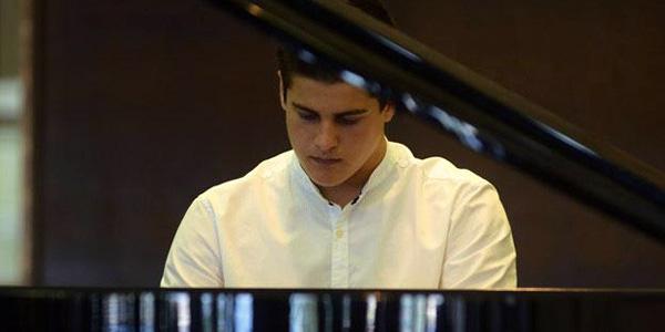 Isaac Martínez al piano de frente