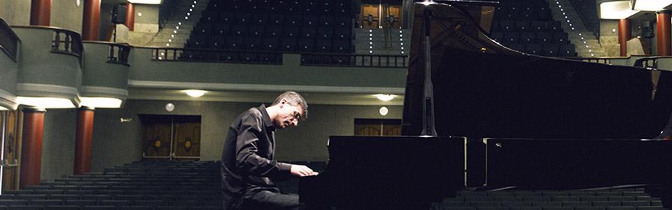 Alexis al piano_wide_color