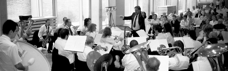 Nino Díaz dirigiendo la Orquesta de Cámara Amadeus de la Asosiación de Compositores Rusos